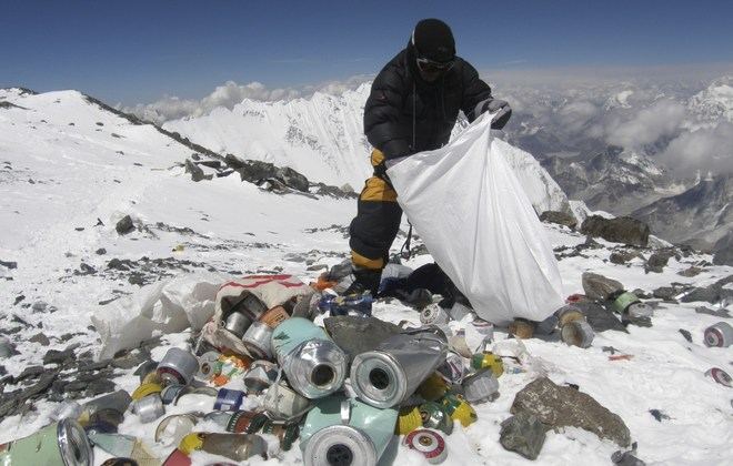 Ils nettoient l'Everest depuis un mois