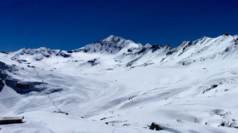 skieuse-montagne-femme-skier-essai-neige-polyvalent-tout-terriain-toute-neige-allmountain