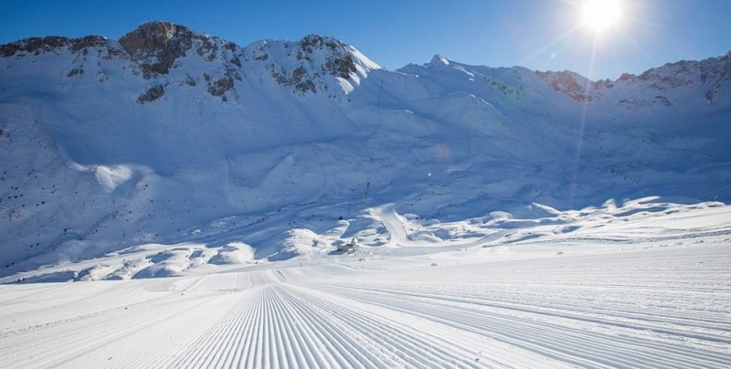 ski-skieuse-montagne-station-savoie-alpes
