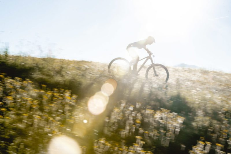 Pratique du VTT en montagne avec les vélos Scott Contessa destinés aux femmes.