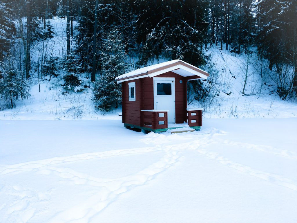 Mökki in the snow red cubby house