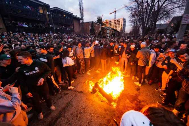 Students Stand Around A Fire At Cedar Village Apartments After Msu S Victory Over Duke In The Elite Eight On March 31 2019 Matt Zubik State News