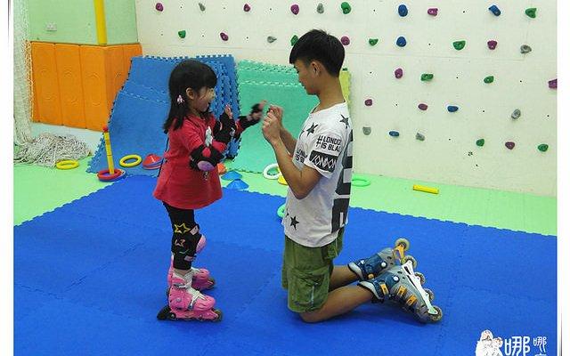 【Yelena的二三事】家長也能在旁邊看小朋友輕鬆快樂學習直排輪~環球兒童運動學院/曲棍球/溜冰/台北兒童直排輪