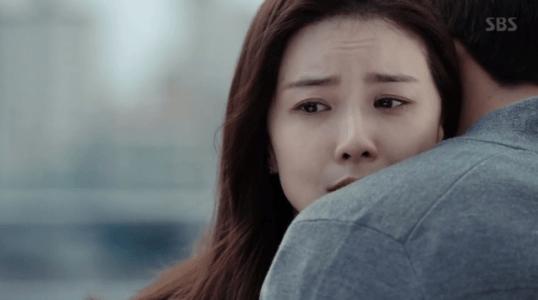 韓国ドラマ「耳打ち(ささやき)」7話 抱き締めるイ・ドンジュン