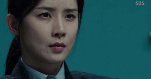 韓国ドラマ「耳打ち(ささやき)」第16話 取調するシン・ヨンジュ