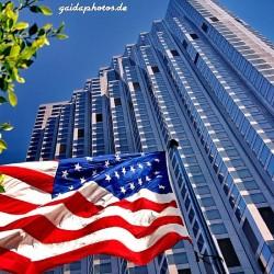 Amerikanische Flagge vor Hochhaus
