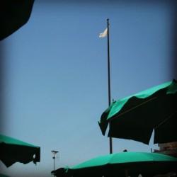 Sonnenschirm und weiße Flagge