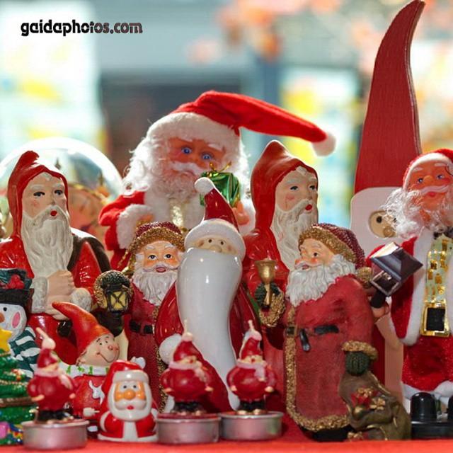 14 Weihnachtsmänner