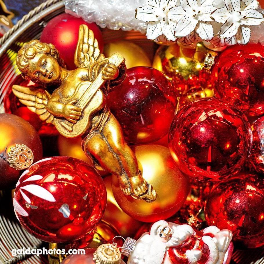 Engel mit Gitarre vor Weihnachtskugeln