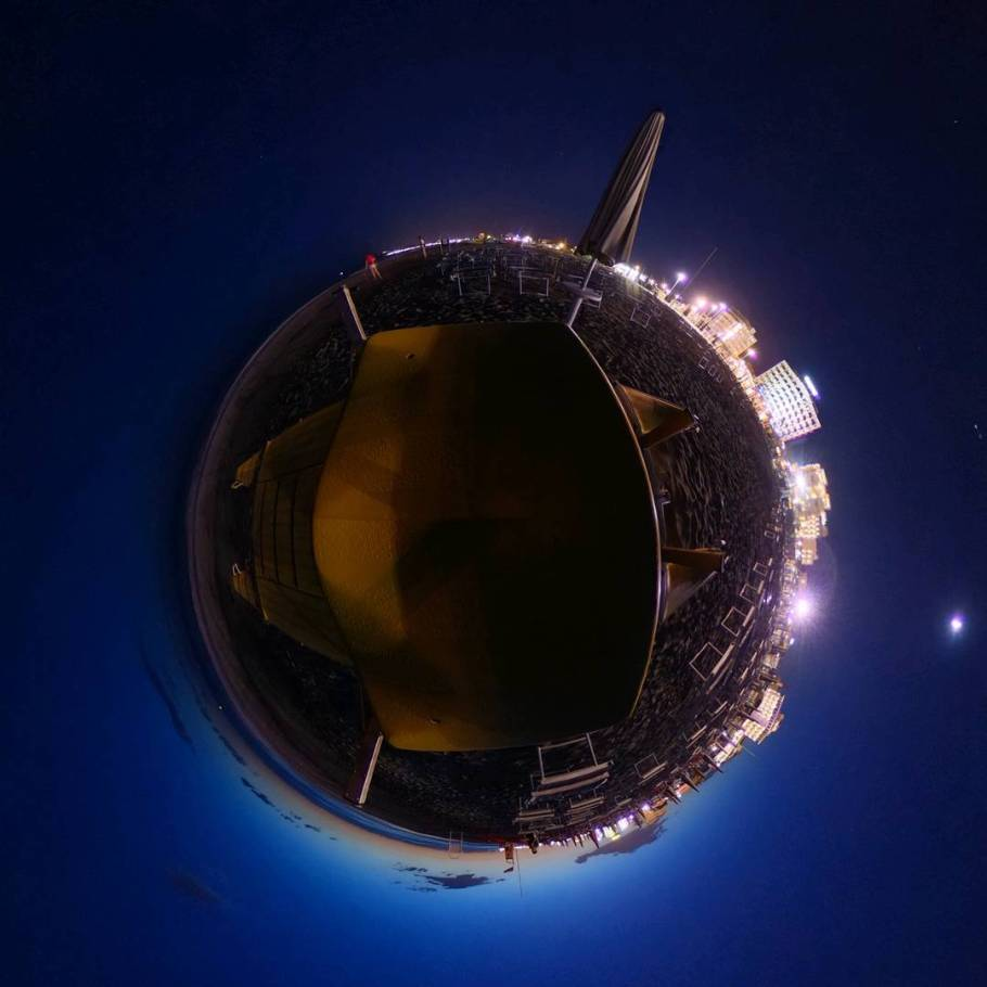 Papaya Beach Riccione Tiny Planet bei Nacht