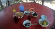 """Gratisproben beim """"Land Split"""" Besuch, u.a. selbstgemachter Roselle-Wein, -Saft und -Marmelade, Papayas, Süßkartoffeln,...."""