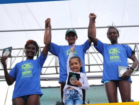 Podio de la categoría Femenina. De izq. A der: Pamela Chepchumba (tercer lugar), Angie Rocío Orjuela Soche (Campeona) y Cecilia Wayva Michael (segundo lugar).