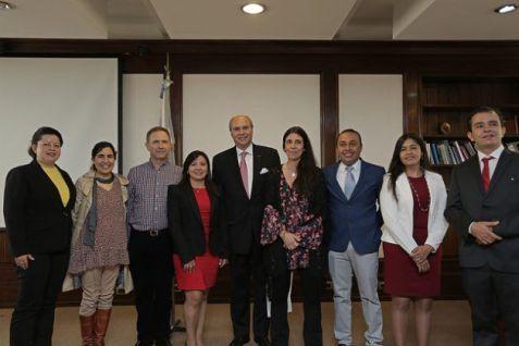 La delegación colombiana que visitó Buenos Aires, junto a autoridades del Banco Nacional de Datos Genéticos. En el centro, el embajador colombiano en Argentina, Luis Fernando Londoño. Crédito: BNDG