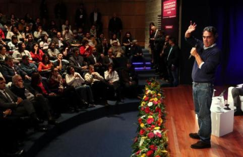 El exgobernador y candidato a la Presidencia por la Coalición Colombia, Sergio Fajardo (d), habla ante estudiantes de la universidad Politécnico Grancolombiano el miércoles 16 de mayo de 2018, en Bogotá (Colombia). Fajardo compite en las elecciones del 27 de mayo con el uribista Iván Duque, el izquierdista Gustavo Petro, el exvicepresidente Germán Vargas Lleras y el liberal Humberto de la Calle, exjefe del equipo negociador del Gobierno en los diálogos con las FARC (Foto EFE/Mauricio Dueñas Castañeda).