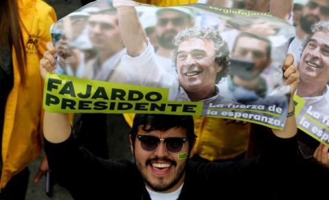 Seguidores del candidato a la presidencia de Colombia Sergio Fajardo, de la Coalición Colombia, durante una caminata en Bogotá (Colombia). Las elecciones presidenciales en Colombia se llevarán a cabo el 27 de mayo (Foto EFE/Leonardo Muñoz).
