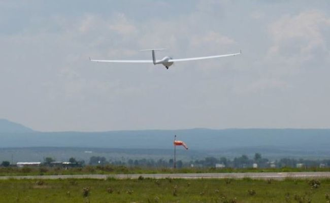 Self-launching at Moriarty (6200' altitude), here with a crosswind of about 12 kts.