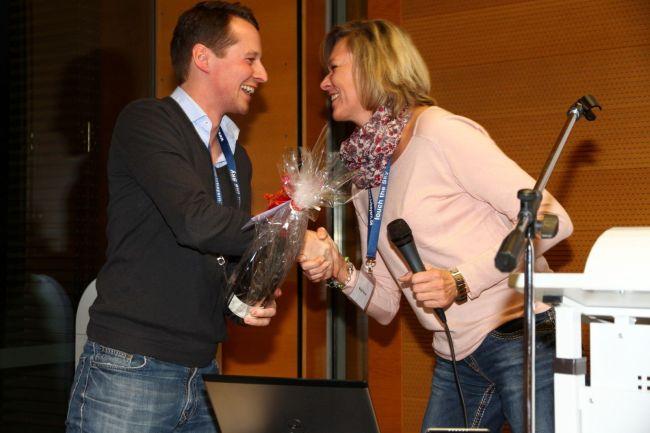 """Bert Schmelzer receives """"fowers"""" from Barbara Jann"""