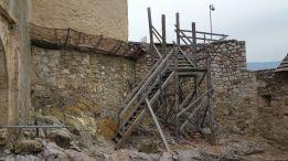 5 - Za bránou sú dočasné drevené konštrukcie, ktoré čakajú na návrat robotníkov