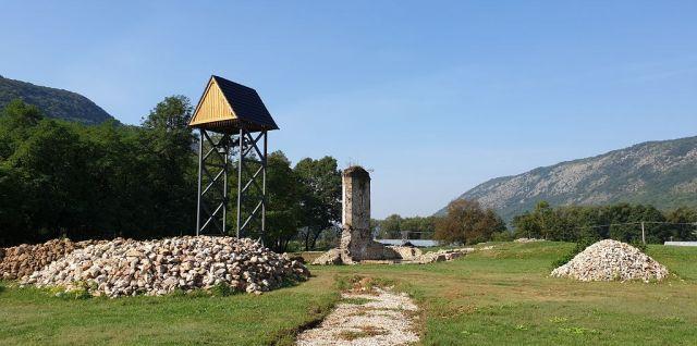 Zvyšok pavlínkeho kostola a nová zvonica