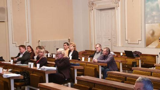Vprevde traja zamestnanci MsÚ, za nimi organizačný výbor podpisovej akcie