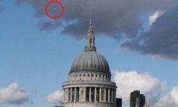 Globovni sobre la catedral de San Pablo en Londres