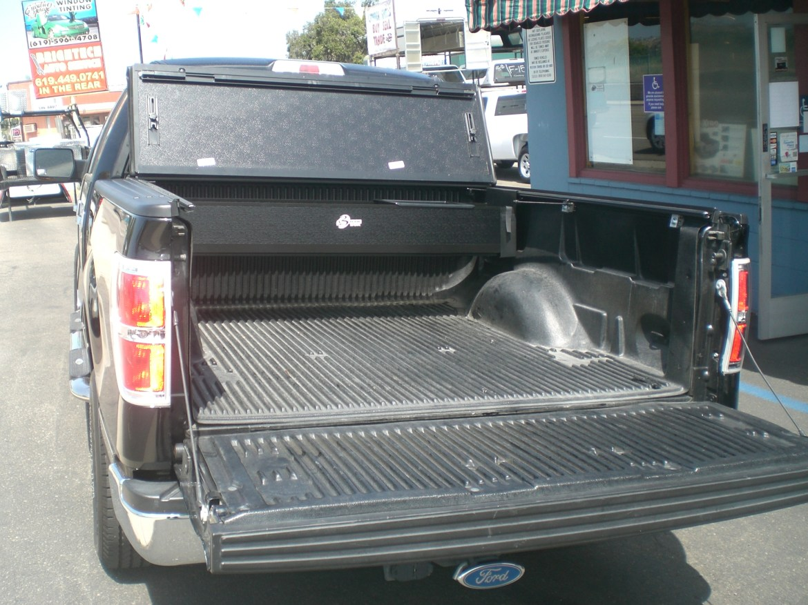 Bakflip MX4 tonneau cover installed with the fantastic toolbox for the Bakflip systems for maximum space savings.