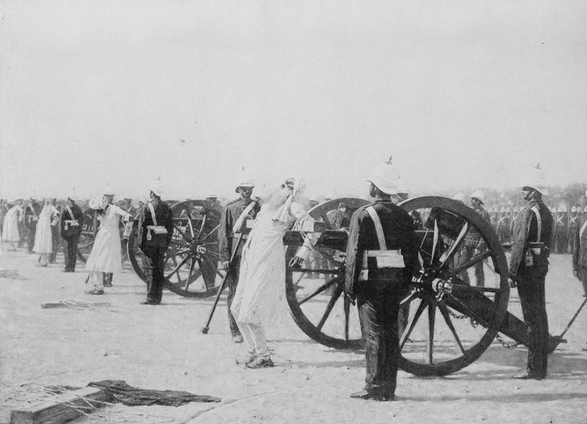 Det første indiske opstand mod det britiske herredømme blev slået blodigt ned af briterne - her henrettes oprørere med kanonkugler! Se nedenfor 10. maj 1857.