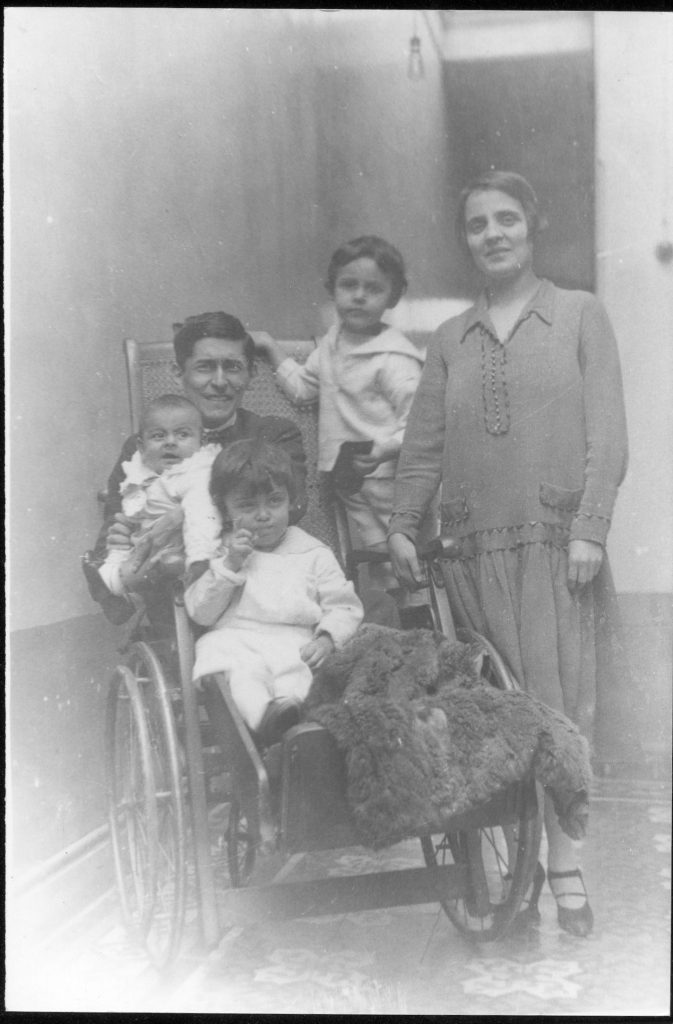 In the courtyard of the house in Washington (Lima) - Left, with his wife Anita, and their children Sandro, Siegfried and José Carlos. Year 1927. File José Carlos Maríategui, Lima, Peru (www.mariategui.org)' Source Spouses Mariátegui and their children. Author: JOSE CARLOS MARIATEGUI. (CC BY 2.0)