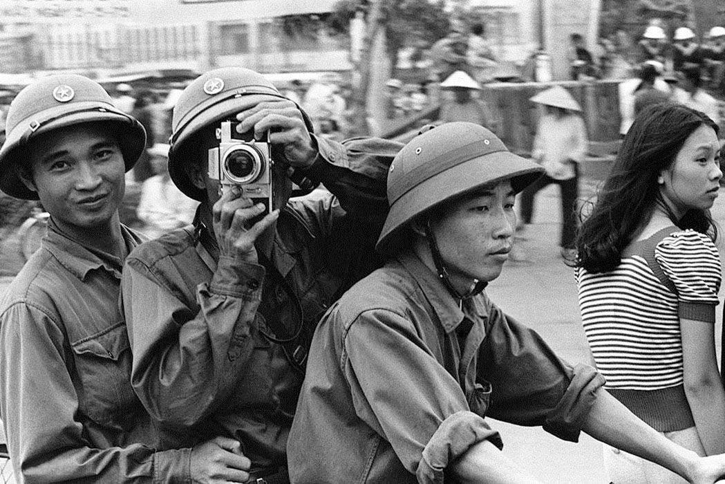 Glæde i Saigon efter sejren, mens det gamle regime og de amerikanske imperialister flygter i panik. Saigons fald 1975. Foto: manhhai, Kilde: https://www.flickr.com/photos/13476480@N07/17244788225/in/album-72157652105357792/ Se 30. april 1975.
