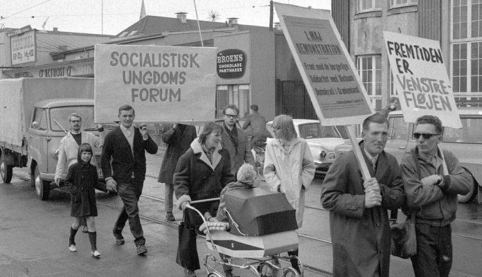Socialistisk Ungdoms Forum i 1. maj demonstration i M.P. Bruuns Gade, i Århus. 1961. Foto: Børge Venge, 1. maj 1961. Original i Aarhus Stiftstidendes Billedsamling, Erhvervsarkivet, leveret af Aarhus Stadsarkiv. Kilde: https://stiften.dk/aarhus/Aarhus-stemmer/artikel/177187