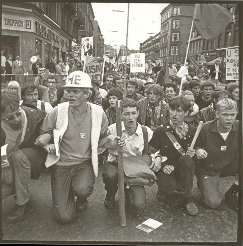 """Ho Chi Minh-løb i København, 2. maj 1968, se Tidslinjen. Foto: Finn Ejnar Madsen. Om fotografen, se: <a href=""""https://socbib.dk/1968/#19681121"""">Tidslinjen 21. november 1968</a>"""