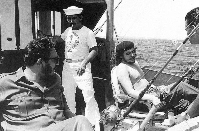 Fidel Castro ogFidel Castro og Che Guevara på fisketur 1960. Photo by Alberto Corda. https://www.pinterest.dk/pin/310959549265344702/
