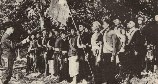 Vo Ngyen Giap (længst til vestre) instruerer Viet Minh-tropper ved Kao Bak Lang, 1944 / Vo Ngyen Giap (left) together with Viet Minh forces in the jungle near Kao Bak Lang in 1944. Source: Wikipedia.org, https://en.wikipedia.org/wiki/French_Indochina_in_World_War_II