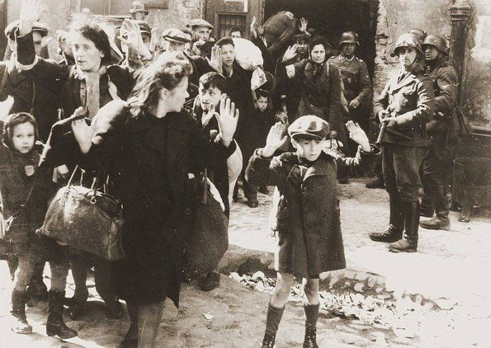 Photo from Jürgen Stroop Report to Heinrich Himmler from May 1943. One of the most famous pictures of World War II. Kilde Wikipedia.org - more info on: https://commons.wikimedia.org/wiki/File:Stroop_Report_-_Warsaw_Ghetto_Uprising_06b.jpg