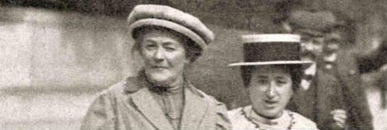 På invitationen til FOAs arrangement er billedet af disse to tyske socialister, Clara Zetkin og Rosa Luxemburg, (Det vardog kun førstnævnte der var<br /> aktiv omkring 8. marts-forslaget). Billedet er angivet 1910, og det kan være Jagtvej på Nørrebro de krydser med Assistens kirkegårdsmur i baggrunden, på vej over til Folkets Hus i nr. 69, hvor kvindekongressen fandt sted.