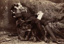 Oscar Wilde, photographic print on card mount: albumen. Circa 1882. Source: http://hdl.loc.gov/loc.pnp/ppmsca.07756 Photo: Napoleon Sarony (1821–1896). Public domain. Se nedenfor 16. oktober 1854.