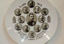 """Den officielle kongelige platte. """"til minde om de mænd, der gav ..."""" Se om den nye mere demkratiske grundlov, 27.juni 1915."""