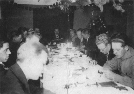 Fotografi fra Arbejdernes Oplysningsforbund i Lyngby med teksten: Studiekreds i samfundsøkonomi 1931-1932. Leder bibliotekar Møballe. Arbejderbevægelsens Bibliotek og Arkiv (kilde: Bibliotekshistorie, nr. 6)