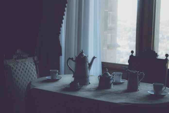Det er hverken med Trotski eller fra Kolding, og sandsynligvis et kaffe-bord, men dog et fint foto af Daniel von Appen. Source: Unsplash.com