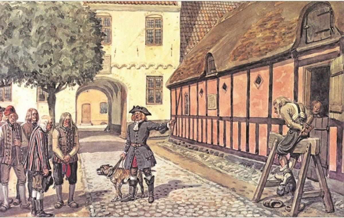 Ridefogeden truer fæstebønderne med træhesten. Både på herregårdene og i det militære rytteri anvendte man træhesten som et strafferedskab. Som straffemiddel var træhesten udbredt i hele landet, og i 1700-årene blev den især anvendt overfor fæstebønderne. Brugen af træhesten blev forbudt i 1789. (Planche efter akvarel af Rasmus Christiansen, ca. 1925)