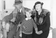 1935 Press Photo Sinclair Lewis with his wife Dorothy Thompson and son. Source: https://www.ebay.com/itm/1935-Press-Photo-Sinclair-Lewis-Nobel-Award-Literature-Dorothy-Thompson-7x9/153087166767 Author: Unknown. Public Domain. Se nedenfor 7. februar 1885.