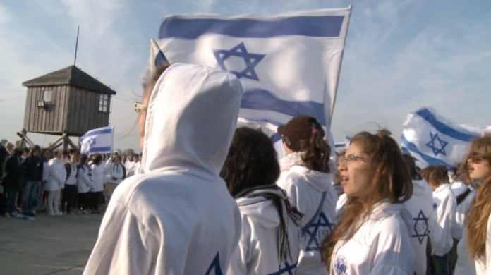 Billede fra Defamation: Filmens israelske skolebørn i KZ-lejren Auschwitz