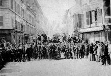 Billede fra Pariserkommunen ved l'Hôtel de Ville de Paris (18 mars - 28 mai 2011) - Barrikade rue Saint-Sébastien nær krydset ved le boulevard Richard-Lenoir - Bibliothèque historique de la Ville de Paris. Ukendt fotograf.