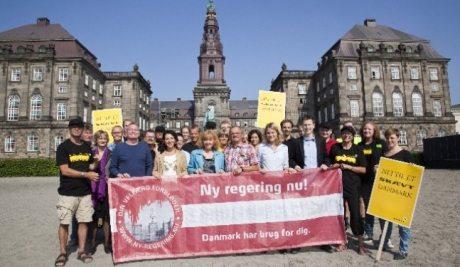 """Enhedslisten foran Christiansborg 2011. Foto fra Arbejderen.dk/valg """"ny-regering.nu"""""""