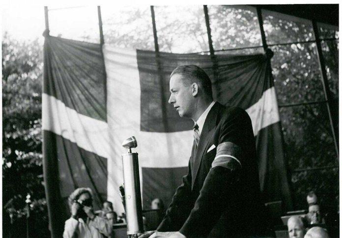 Børge Houmann taler ved folkefesten for Martin Andersen Nexø i Fælledparken i København d. 26. juni 1945. Kilde: Nationalmuseet, Danmark http://samlinger.natmus.dk/FHM/asset/17289.