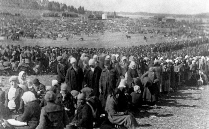 """I 1918 Hennala Detention Center i Lahti, med 2000 kvindelige fanger herunder spædbørn, blev 218 kvinder, de yngste kun 14 år, skudt uden rettergang. Ifølge en nyere undersøgelse (2016) var baggrunden for henrettelserne ideer om racehygiejne: forkælede og genstridige """"røde"""" kvindelige soldatern i bukser blev dæmoniserede i den borgerlige presse - og bødlerne var finner, ikke tyskere som hidtil antaget. Kvinderne blev også udnyttet seksuelt. YLE Arkiv"""