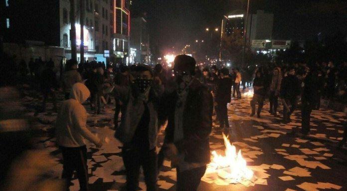 Foto fra uroligheder fra et ukendt sted i Iran, billede lagt på Wikimedia Commons, men er omdiskuteret. Kilde: https://commons.wikimedia.org/wiki/File:Iranian_protests,_31_December_2017_-_unrecognized_place.jpg