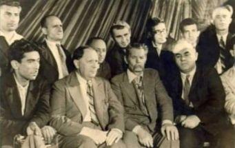 Vurgun, Tolstoy, Gorkiy og Mumtaz på Forfatterkongressen, 1934. Kilde: Qorkinin dostu, Bağırova sərt cavab, qazılan qəbir, Photo:ukendt. Public Domain.