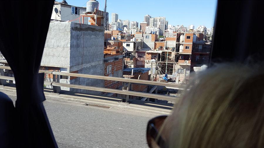 Entre l'aéroport et Buenos Aires, Bidonville au premier plan _ Photo de Rémy