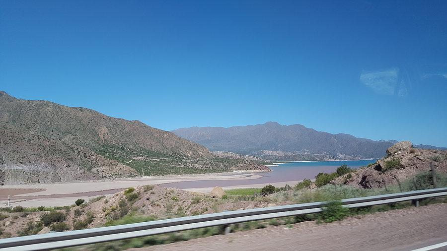 Déversement du rio dans le lac de retenue artificiel qui alimente Mendoza et permet l'irrigation des vignobles _ Photo de Rémy